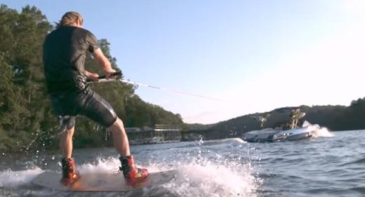 Ukázka wakeboardingu.
