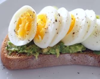 Chleba s avokádem a vajíčkem je na dopolední svačinu super.