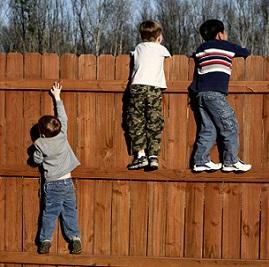Když už jsou děti trošku odrostlejší je potřeba dát velký pozor na to, abyste mladšího neprotěžovali jako rodiče.