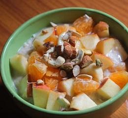 Zdravá snídaně do 2 minut? Zkuste vločky, ovoce, jogurt a med. A můžete přidat i ořechy.
