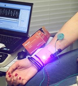 EMG vyšetření může odhalit nervovou dysfunkci, svalovou dysfunkci nebo problémy s přenosem signálu mezi nervem a svalem.