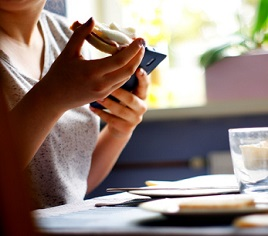 Jezte pomalu a na jídlo se soustřeďte. Z pohledu zdraví se to vyplatí.