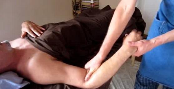 Zkuste bolavou ruku masírovat