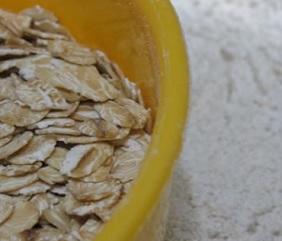 Ovesná mouka je bohatým zdrojem vitaminu B, E, fosforu, hořčíku, železa, zinku a zdravé vlákniny.