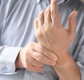 Pokud alkoholová neuropatie není léčena, může tato oslabující porucha vést k dlouhodobým komplikacím, jako je třeba chronická bolest a poškození rukou a nohou.
