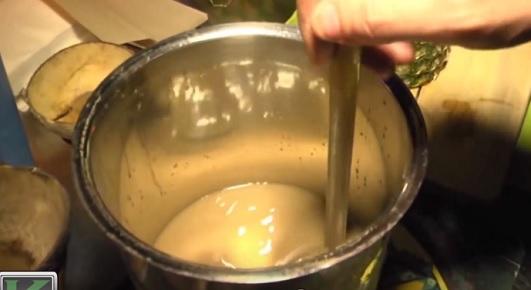 Nápoj z Kavy je vlastně kořen smíchaný s vodou. Pak může být nápoj dále ochucen.