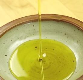 Kvalitní olivový olej patří mezi zdravé tuky.