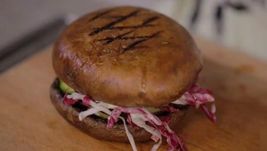 Takto může vypadat zdravý hamburger z hub portobello.