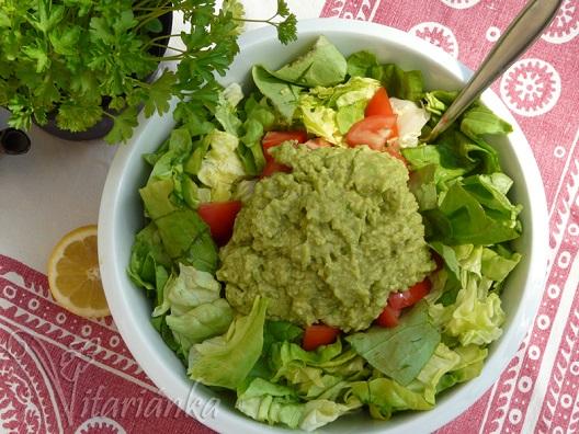 Avokádový dressing na zeleninovém salátu.
