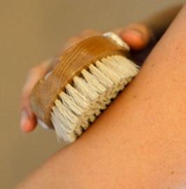 Jaké benefity pro vás může mít suché kartáčování pokožky?