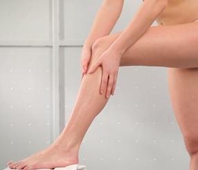 Těžké nohy jsou nepříjemným problémem. Ale můžete s ním efektivně bojovat.