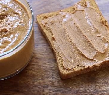Může být arašídové máslo zdravé? Určitě ano!