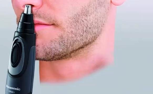 Zastřihovač chloupků v nose.