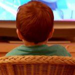 Rodiče, přestaňte se cítit provinile, že necháváte dítě koukat na televizi. Může to mít totiž i pozitivní dopady
