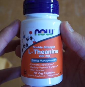 Aminokyselina L-Theanin je tedy nejvíce známá tím, že pomáhá lidem relaxovat, uvolnit se.