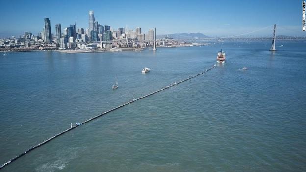 V sobotu 9.8 2018 loď začala instalovat System 001 u San Franciska.