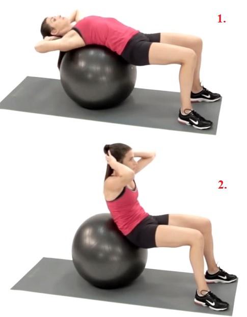Takto využijte fitness míč k sedům-lehům.