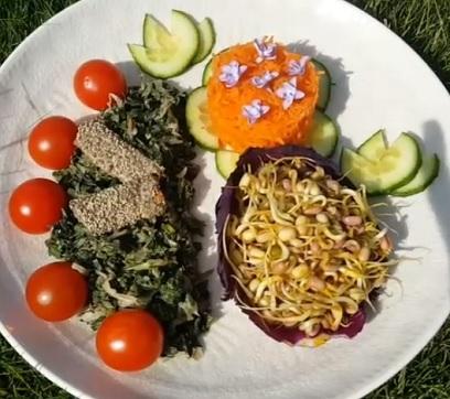 Takto nějak může kopřivový salát vypadat.
