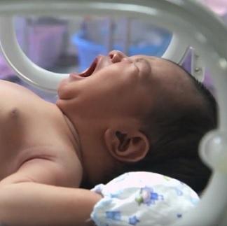Novorozenci s tímto syndromem bývají hodně plačtiví.