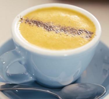 Co takhle si dát kávu s kurkumou? Jasně, proč ne.