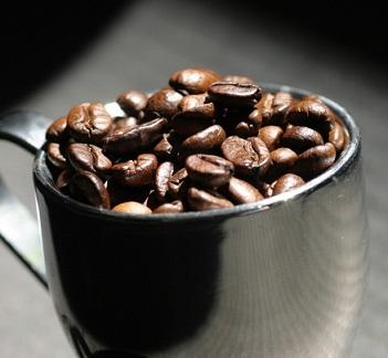 Kolik kofeinu je už moc a kolik je v pohodě?