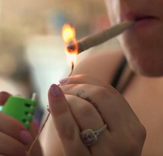 V těhotenství se marihuaně rozhodně vyhněte.