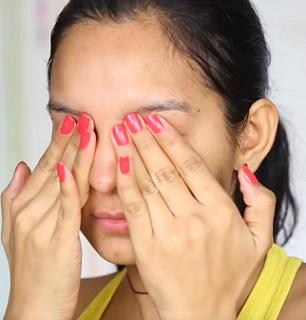 Pokožka kolem očí ocení i jemnou masáž.