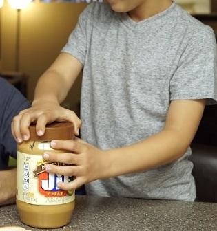 Co sledovat při prvním nabídnutí arašídového výrobku malým dětem?