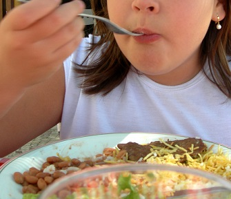 Není dobré jíst příliš mnoho jídla. Přináší to zdravotní komplikace.