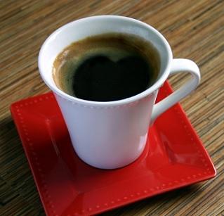 Kyselinu kávovou najdete třeba v kávě.