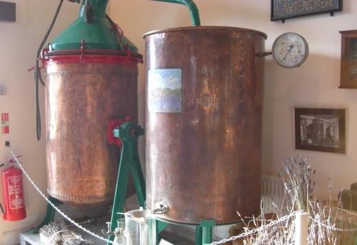 Destilační zařízení, které je potřeba pro výrobu éterických olejů.