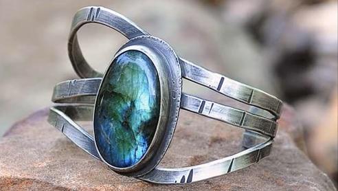 Takto krásně může vypadat prsten s labradoritem.