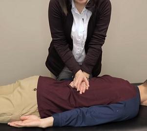 Manuální terapie odstraňuje bolesti, pohybové bloky a deformované držení těla způsobené bolestí.