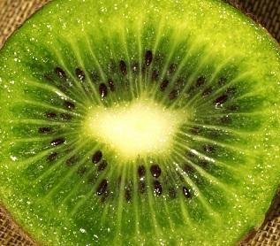 Kiwi olej se extrahuje za studena ze semen plodů kiwi.