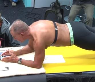 62 letý muž překonal světový rekord v planku - vydržel více než 8 hodin