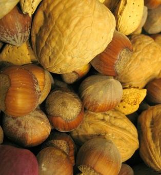 Ořechy jsou dobrým zdrojem esenciálních aminokyselin. Dále pak mléčné výrobky a maso.