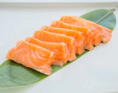 Třeba Sashimi je jedním z nejoblíbenějších druhů sushi. Jde prostě o kousky syrových (případně mírně tepelně upravených) ryb a mořských plodů všech možných druhů.