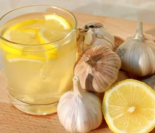 Česnekový čaj vám může pomoci třeba při nachlazení.