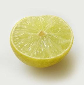 Kyselina citrónová může být přirozená, nebo uměle vyrobená