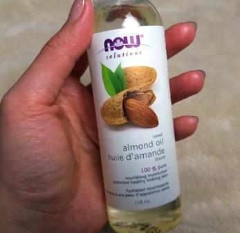 Sladký mandlový olej je nabitý vitamíny a živinami, takže je perfektní součástí každodenního režimu péče o pleť.