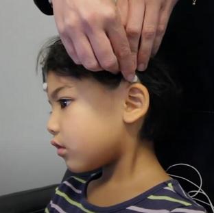 Takto se dítěti či dospělému nasadí snímače mozkové činnosti a dítě u toho hraje hru, hraje si s hračkou nebo si kreslí.