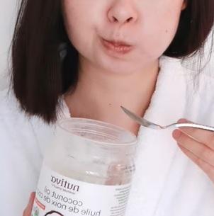 Kokosový olej na zubní kámen - funguje? Jak používat?