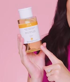 Kyselina mléčná se v kosmetice používá především pro své exfoliační schopnosti (rozpouští látky, které drží odumřelé kožní buňky pohromadě, tím se odhaluje jemnější a mladě vypadající vrstva pokožky).