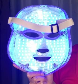 Takto může vypadat maska pro světelnou terapii pro domácí použití