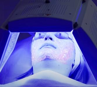 Světelná terapie (fototerapie) na akné