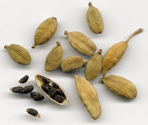 Ze semen rostliny se získává parovodní destilací esenciální olej z kardamomu.
