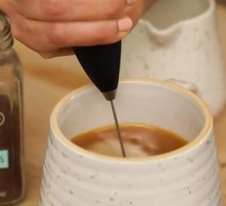 Proč přidávat do kávy kokosový olej? Důvody existují...