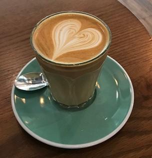 Játrům prospívá pití 3-4 a více standardních šálků kávy denně.