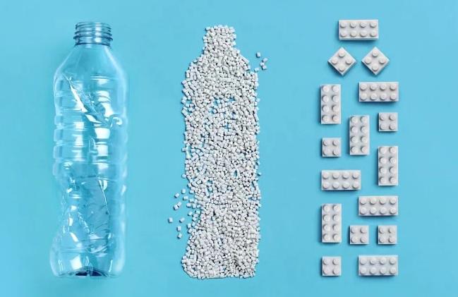 Lego testuje možnost použití plastových lahví jako zdrojového materiálu pro své kostičky ve stavebnicích. Zdroj obrázku: Lego Group/Reuters