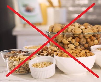 Když je někdo alergický na ořechy, jeho imunitní systém omylem identifikuje ořechy jako škodlivou látku.